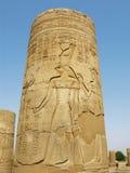 Temple de Kom Ombo, Egypte : colonne avec le soulagement d'un dieu de Horus Photographie stock