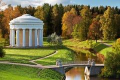Temple de l'amitié en parc d'automne de Pavlovsk Photographie stock
