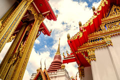 Temple de la Thaïlande sur un ciel nuageux avec le soleil images stock
