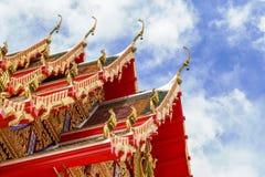 Temple de la Thaïlande sur un ciel nuageux avec le soleil photos stock