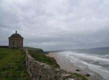 Temple de Mussenden avec la plage inclinée Photographie stock
