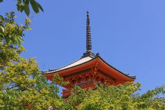 Temple de pagoda au-dessus des arbres photo stock