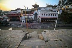 Temple de Pashupatinath et berge de Bagmati photo libre de droits