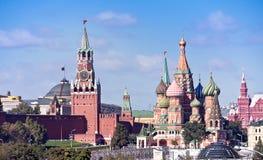 Temple de place béatifique et rouge de Vasiliy et de Kremlin Images libres de droits