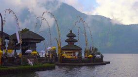 Temple de Pura Ulun Danu sur le lac Bratan dans Bali, Indonésie clips vidéos