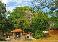 Temple de roche de Waharaggoda (Sri Lanka) Photographie stock libre de droits