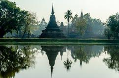 Temple de Stupa en Thaïlande avec la réflexion de l'eau sur le lac Photos stock