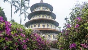 Temple de Tien-yuans avec des fleurs de cerisier à Taïpeh Photos libres de droits