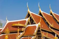Temple de toit à la lanière de Wat Phra That Sri Chom Image stock