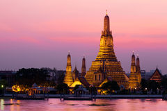 Temple de Wat Arun pendant le coucher du soleil à Bangkok Photo libre de droits