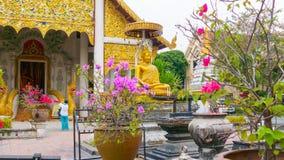Temple de Wat Chedi Luang Chiang Mai avec Bouddha s'asseyant d'or Photographie stock libre de droits