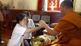Temple de Wat Traimit à Bangkok banque de vidéos