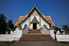 Temple du nord thaïlandais de style avec le ciel bleu, Wat Phumin - Nan, thaïlandais images libres de droits