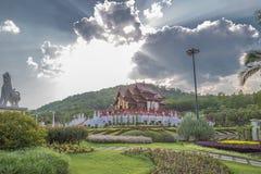 Temple et ciel bleu image stock