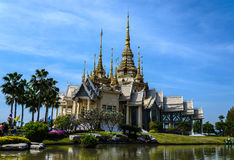 Temple et ciel bleu dans le thaialnd Image stock