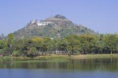 Temple et lac de colline Image libre de droits