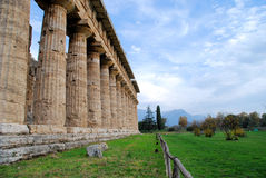 Temple et montagnes chez Paestum Photo stock