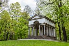 Temple gréco-romain dans la forêt Photos stock