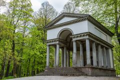 Temple gréco-romain dans la forêt Image stock