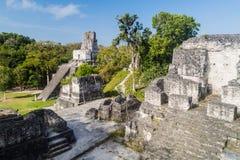 Temple II et plaza de mamie au site archéologique Tikal, Guatema image libre de droits