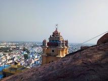 Temple indou de religion dans le gopuram de dessus de montagne avec un dieu vinayagar Photographie stock