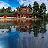 Temple japonais réfléchissant sur un lac images stock
