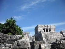 Temple maya dans la jungle côtière chez Tulum Image stock
