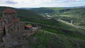Temple monastique de Jvari Vous pouvez voir le temple, la route et les montagnes clips vidéos