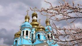 Temple orthodoxe, nuages au-dessus du temple, dômes d'or, Timelapse, extérieur, une vue de dessous, vue par banque de vidéos