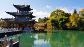Temple ou pavillon dans Dragon Pool noir en Jade Spring Park, Lijiang, Yunnan, Chine photos stock