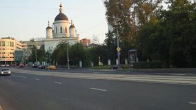 The urban traffic next to the Temple of reverend St. Sergius of Radonezh in the Rogozhskaya Sloboda, Moscow, Russia. stock footage