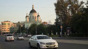 The urban traffic next to the Temple of reverend St. Sergius of Radonezh in the Rogozhskaya Sloboda, Moscow, Russia. stock video
