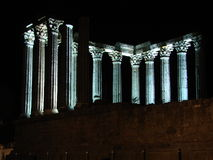 Temple romain d'Evora par nuit Photos libres de droits
