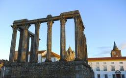 Temple romain de Diana et le dôme de la cathédrale au coucher du soleil, Evora, Portugal Photo stock