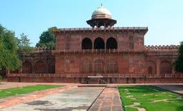 Temple rouge adjacent dans le complexe de Taj Mahal image stock