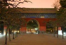 Temple rouge de porte de stationnement Pékin, Chine de Sun Photographie stock libre de droits