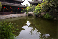 Temple rouge Sichuan Chine de réflexion d'étang de lanternes Photo libre de droits