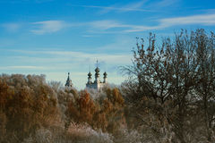 Temple russe dans la forêt de gel Image libre de droits