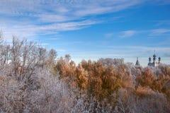 Temple russe dans la forêt de gel Images libres de droits
