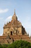Temple solitaire dans bagan un jour d'oiseau bleu Photos libres de droits