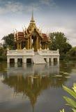Temple sur le lac Photos stock