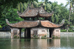 Temple sur un lac Photographie stock libre de droits