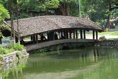 Temple sur un lac photographie stock