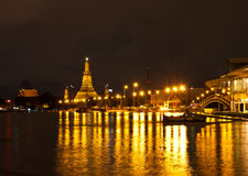 Temple thaï dans la nuit Photo stock