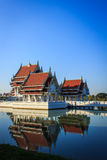Temple thaïlandais avec le ciel bleu et la réflexion Photo libre de droits