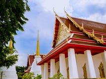 Temple thaïlandais avec le toit de 2 niveaux avec les pagodas supérieures d'or Images stock
