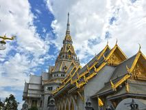 Temple thaïlandais et grand fond photos stock