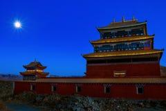 Temple tibétain bouddhiste la nuit sous la pleine lune photo stock