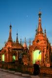 Templen på den Shwedagon pagoden i afton Royaltyfri Fotografi