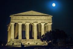 Temples dans la nuit d'Agrigente en Sicile - en Italie Images stock
